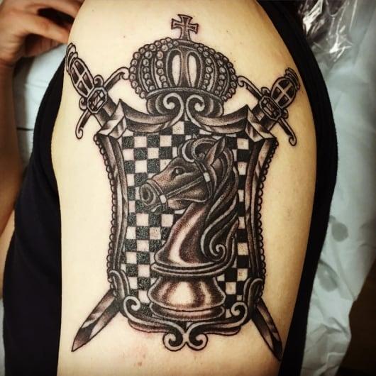 ブラック&グレー 王冠 チェスの駒 剣と盾