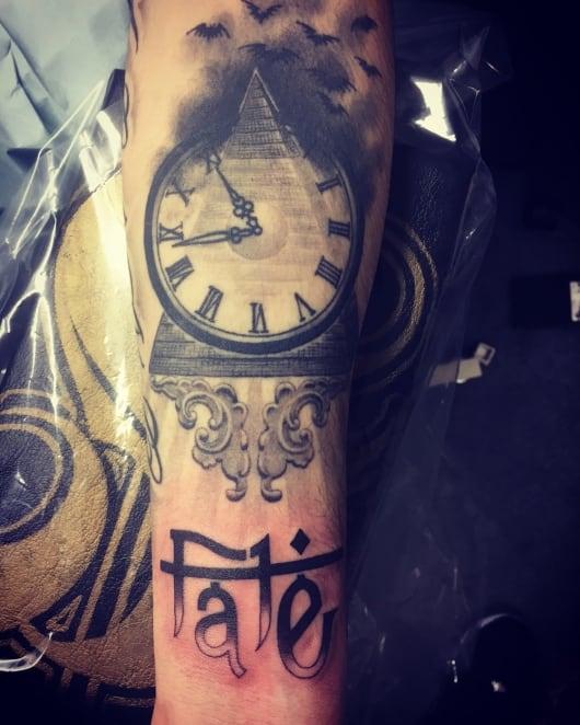 ブラック&グレー ピラミッド 時計 コウモリ 装飾