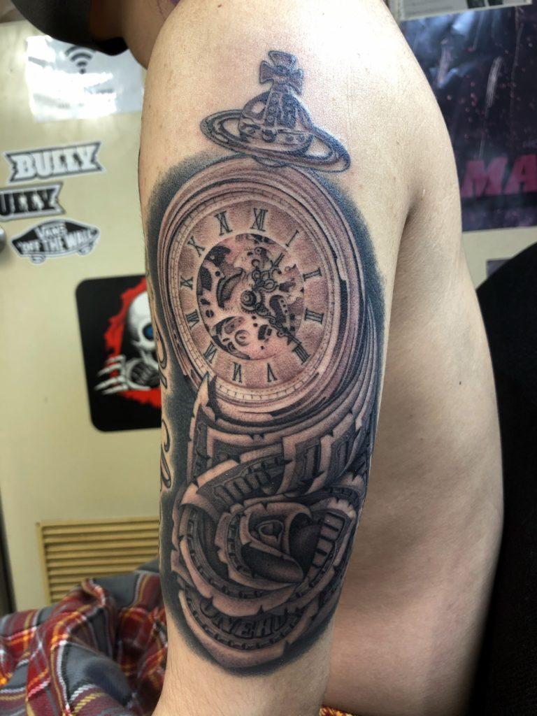 ブラック&グレー アンティーク時計とマネーローズ