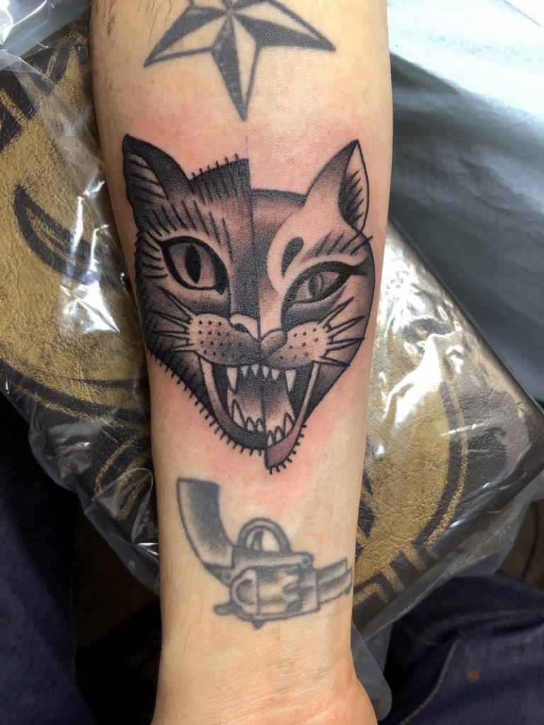 二匹の猫を若干ズラしながら仕上げたタトゥー