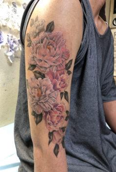 色鮮やかな花々が描かれたタトゥー