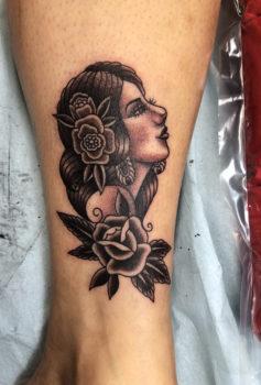 ピンナップガールの横顔を模したタトゥー