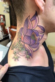 蓮の花とカエルを描いたタトゥー